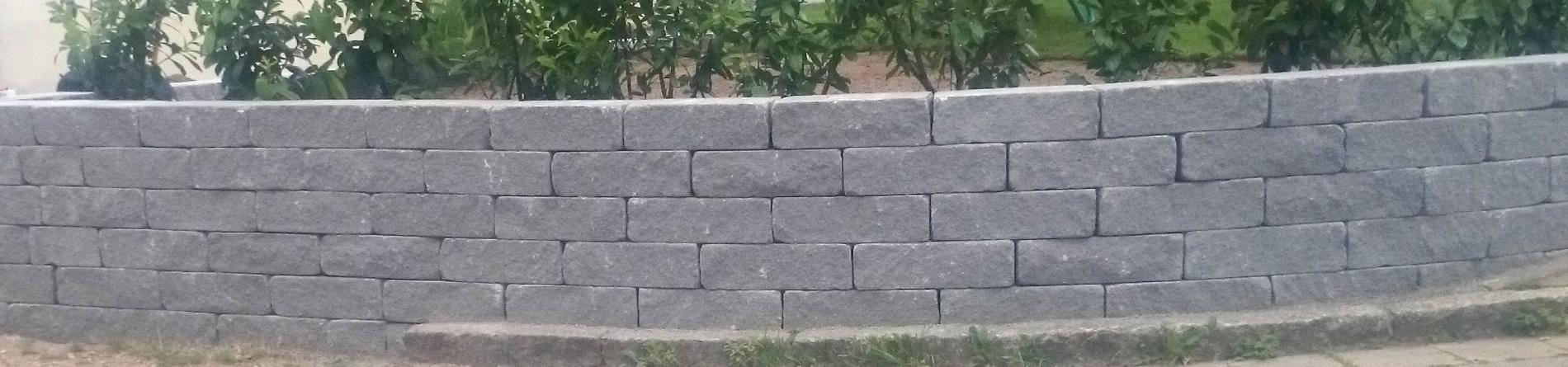 Abgerundete Mauer aus Naturstein